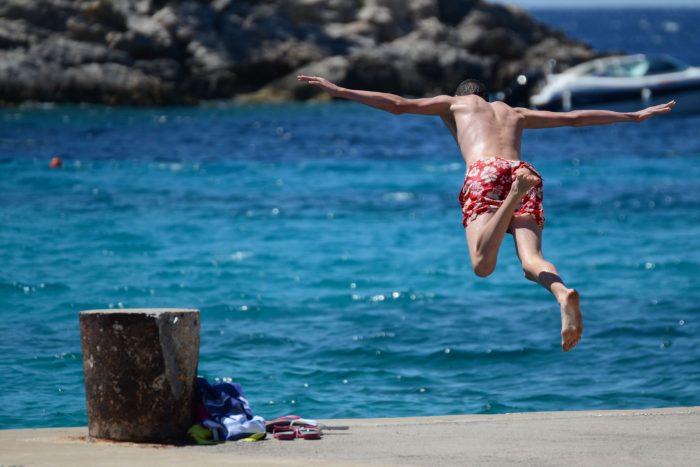 fly into sea 01 700x467